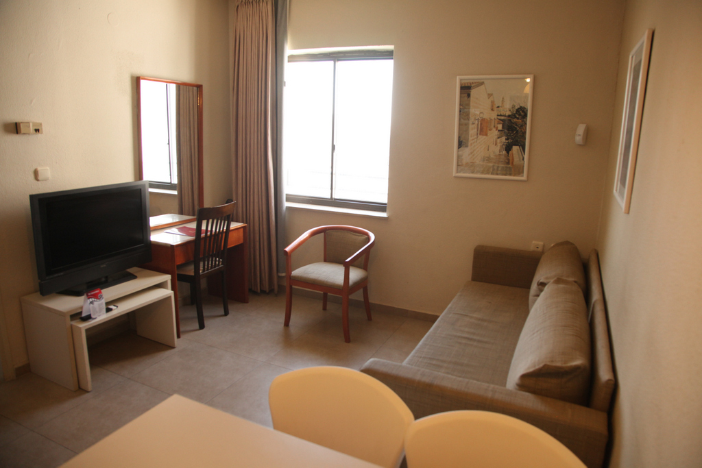 Living room israel jerusalem hotels for Family room accommodation